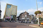 Nederland, Arnhem, 15-10-2014 Het gebouw De Rozet in het centrum van de stad heeft de prijs van de BNA gewonnen. Verschillende culturele en educatieve instellingen zijn hierin gevestigd zoals de Openbare Bibliotheek, Kunstbedrijf Arnhem, de Volksuniversiteit en To Art Kunstuitleen. Ontwerp van Neutelings Riedijk Architecten. In het interieur veel vitrines, en lichtbakken die de identiteit en geschiedenis van de stad laten zien. In de bibliotheek is een glijbaan. Foto: Flip Franssen/Hollandse Hoogte