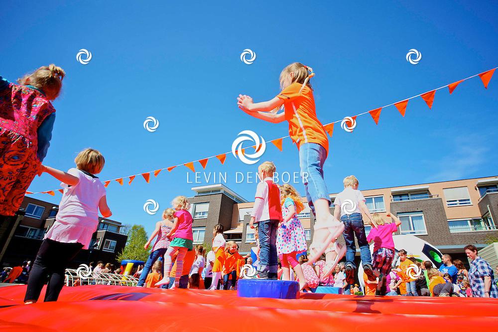 AMMERZODEN - Koninginnedag 2012 in Ammerzoden met diversen spellen en activiteiten. FOTO LEVIN DEN BOER - PERSFOTO.NU