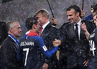 FUSSBALL  WM 2018  FINALE  ------- Frankreich - Kroatien    15.07.2018 Praesident Emmanuel Macron gratuliert Trainer Didier Deschamps und Antoine Griezmann (alle Frankreich)