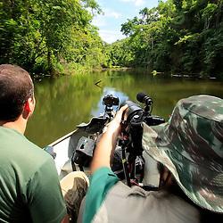 Esse será o local de trabalho do Instituto Últimos Refúgios por vários meses. Na foto, o fotógrafo Leonardo Merçon e o diretor Alexandre Barcelos na Reserva Biológica de Duas Bocas, em Cariacica.