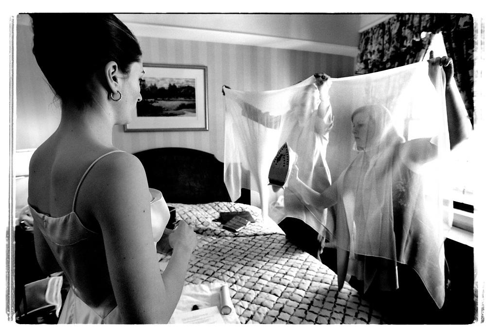 Mot slutet av påklädningsceremonin, när det börar bli bråttom, får mamma Helen Lockwood Hewson och brudtärnor hjälpa till att få bort de sista skrynklorna på slöjan.Joby Harold and Tory Tunnell's wedding in New York City....Joby Harold and Tory Tunnell's wedding in New York City..