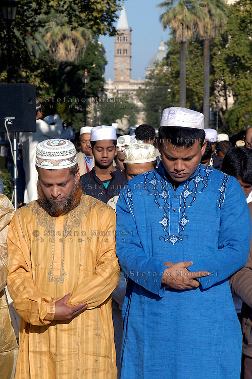 Roma  Septemberr30 2008.Muslim immigrants crowd the garden of Piazza Vittorio square, in Rome's Esquilino multi-ethnic quarter, for the Eid al-Fitr prayer to mark the end of the fasting month of Ramadan