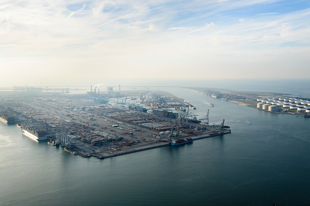 Nederland, Zuid-Holland, Rotterdam, 28-09-2014; Eerste Maasvlakte met  Amazonehaven en zicht op ECT Delta Terminal (Europe Container Terminals). Rechts Yangtzekanaal (Yangtzekanaal) en de Euromax Terminal .<br /> Port of Rotterdam, First Maasvlakte and Europe Container Terminals.<br /> luchtfoto (toeslag op standard tarieven);<br /> aerial photo (additional fee required);<br /> copyright foto/photo Siebe Swart
