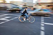 In Keulen rijden fietsers door de stad.<br /> <br /> Cyclist in Cologne.