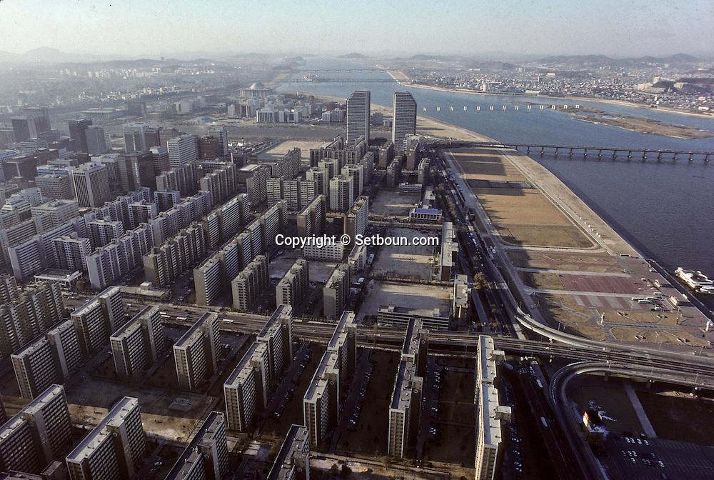 The peninsula of Yoido~ The Korean people would like it to be a ~little Manhattan~ la presqu'île de Yoido~ les Coréens veulent en faire un petit Manhattan ///    L2700  /  R00030  /  P0003304