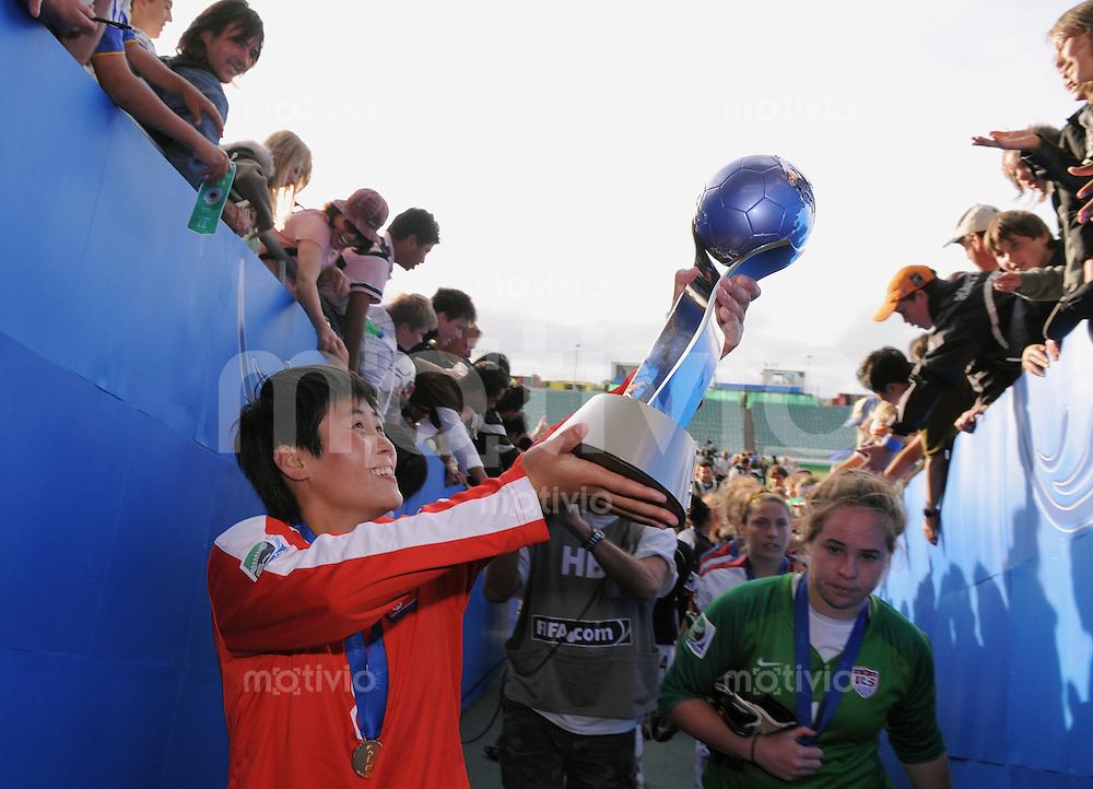 Fussball Frauen FIFA U 17  Weltmeisterschaft 2008    16.11.2008 Finale Korea DVR - USA JUBEL PRK,  Yon Hui Pae mit Pokal