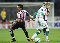 Fussball  UEFA Pokal  Halbfinale  Rueckspiel  Saison 2006/2007 Werder Bremen - Espanyol Barcelona              DAVID GARCIA (li, Barcelona) gegen Aaron HUNT (re, Bremen)