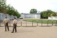 29 JUN 2003, NEUHARDENBERG/GERMANY:<br /> Polizisten bewachten die Absperrgitter, hinter denen die Presse bereits abgezogen ist, Klausurtagung des Bundeskanbinetts, Schloss Neuhardenberg, Brandenburg<br /> IMAGE: 20030629-01-002<br /> KEYWORDS: Kabinett, Sitzung, Klausur, Kabinettsklausur, Schloß Neuhardenberg
