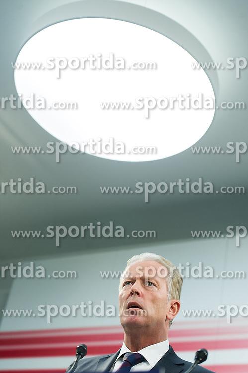 09.11.2015, Bundesparteizentrale, Wien, AUT, ÖVP, Pressekonferenz anlässlich der Sitzung der Bundesparteileitung. im Bild Vizekanzler und Minister für Wirtschaft und Wissenschaft Reinhold Mitterlehner (ÖVP) // Vice Chancellor of Austria and Minister of Science and Economy Reinhold Mitterlehner (OeVP) during press conferenc of the austrian people's party at federal party centre in Vienna, Austria on 2015/11/09. EXPA Pictures © 2015, PhotoCredit: EXPA/ Michael Gruber