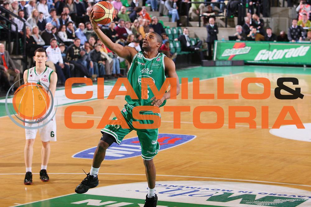 DESCRIZIONE : Treviso Lega A1 2007-08 Benetton Treviso Montepaschi Siena <br /> GIOCATORE : Reece Gaines Gatorade <br /> SQUADRA : Benetton Treviso <br /> EVENTO : Campionato Lega A1 2007-2008 <br /> GARA : Benetton Treviso Montepaschi Siena <br /> DATA : 22/03/2008 <br /> CATEGORIA : Tiro <br /> SPORT : Pallacanestro <br /> AUTORE : Agenzia Ciamillo-Castoria/S.Silvestri <br /> Galleria : Lega Basket A1 2007-2008 <br />Fotonotizia : Siena Campionato Italiano Lega A1 2007-2008 Benetton Treviso Montepaschi Siena <br />Predefinita :