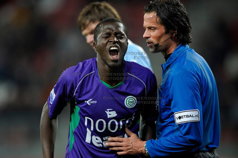 14-04-2010 VOETBAL: FC UTRECHT - FC GRONINGEN: UTRECHT<br /> Gibril Sankoh  en scheidsrechter Nijhuis<br /> &copy;2010-WWW.FOTOHOOGENDOORN.NL