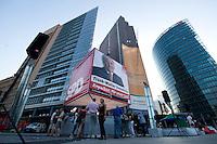 17 AUG 2009, BERLIN/GERMANY:<br /> SPD-Wahlwuerfel, Potsdamer Platz<br /> IMAGE: 20090817-03-180<br /> KEYWORDS: Wahlwürfel, Würfel, Roter Würfel, Wahlkampf, Bundestagswahl 2009
