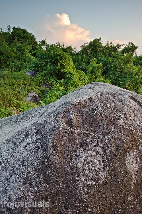 Escondidos entre la espesa vegetación, los petroglifos de Coamiles -bajorrelieves con trazos superficiales en piedra- son una bella y poco conocida muestra del pasado prehispánico de esta región.