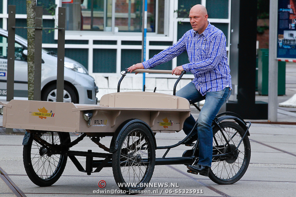NLD/Amsterdam/20110721 - gaten bij de opname van RTL Tour de Jour, Gert Jakobs op een bakfiets