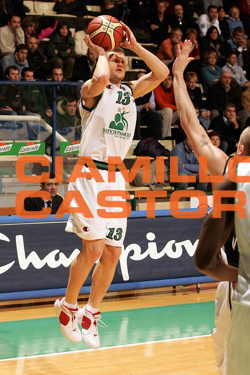 DESCRIZIONE : Siena Lega A1 2005-06 Montepaschi Siena Whirlpool Varese <br />GIOCATORE : Kaukenas <br />SQUADRA : Montepaschi Siena <br />EVENTO : Campionato Lega A1 2005-2006 <br />GARA : Montepaschi Siena Whirlpool Varese <br />DATA : 12/03/2006 <br />CATEGORIA : Tiro <br />SPORT : Pallacanestro <br />AUTORE : Agenzia Ciamillo-Castoria/P.Lazzeroni