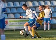 FODBOLD: Katja Mikkelsen (Herlufsholm GF) presses af Amber Hansen (Ølstykke FC) under kampen i Sjællandsserien mellem Ølstykke FC og Herlufsholm GF den 9. april 2019 på Ølstykke Stadion. Foto: Claus Birch