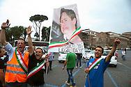 Roma 7 Giugno 2011.Piazza Bocca della Verita'.Sciopero dei tassisti proclamato da 7 sigle sindacali che chiedono il cambiamento del regolamento comunale in via di approvazione in Campidoglio.I manifestanti espongono una foto del sindaco con il naso di pinocchio