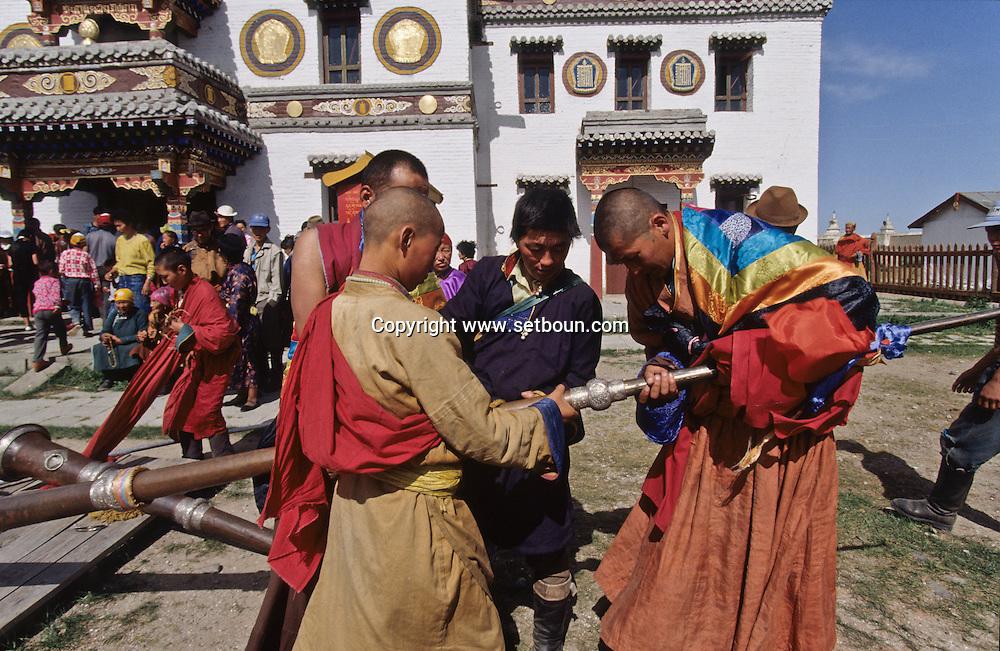 Mongolia. Erden Zuu monastery (Karakorum) Maidar procession; Buddhist ceremony. Erdeni Zuu (16th century) at Qaraqorin).  /  Procession boudhiste du Maidar.  (Monastère de Erdeni Zuu à Qaraqorin (Karakorum) Mongolie ), /  10       P0002530