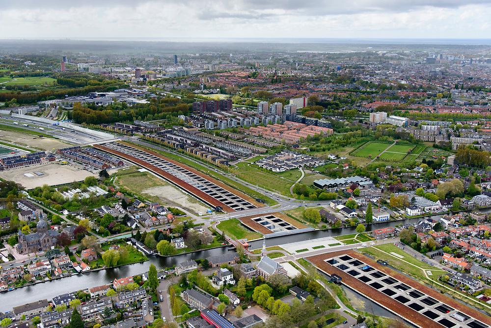Nederland, Zuid-Holland, Leiderdorp, 28-04-2017; Limesaquaduct, dubbel aquaduct onder de Oude Rijn, de A4 is verbreed. Het dak is een groen dak, begroeid met sedum. Het groene dak isoleert.<br /> Two aqueducts under the canalized river Oude Rhine with broadened Motorway A4.<br /> luchtfoto (toeslag op standard tarieven);<br /> aerial photo (additional fee required);<br /> copyright foto/photo Siebe Swart