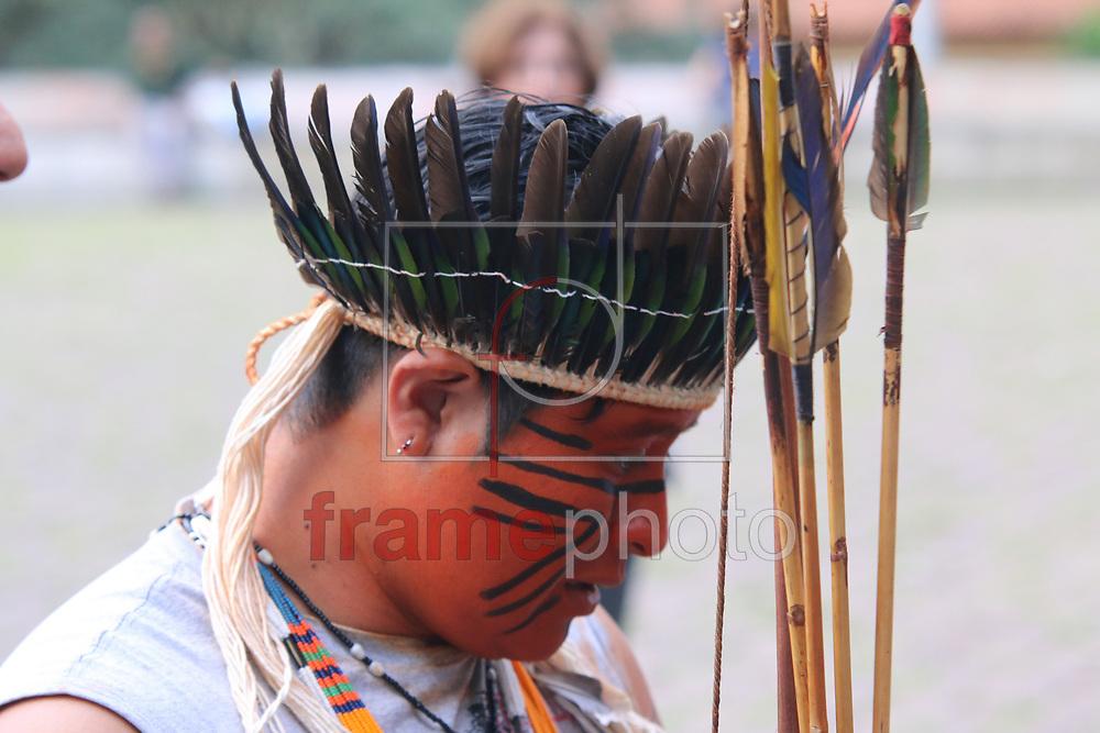 SAO PAULO -SP 18/06/2015  Grupo de indios guarani da cidade de São Paulo, fizeram um ato na Avenida Paulista nesta tarde de quinta feira (18), para protestar contra uma reintegração de posse contra a aldeia itakupe, que faz parte da terra indigena jaragua. Os indios sairam marchando pla Avenida Paulista ate a Praca da Republica.  FOTO: MARCELO S. CAMARGO/FRAME