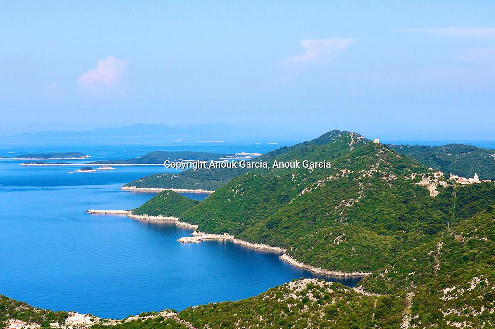 Panorama sur l'Est de de l'archipel. Ile repe?re pour les pirates. Le village de Lastovo a e?te? construit dos a? la mer.