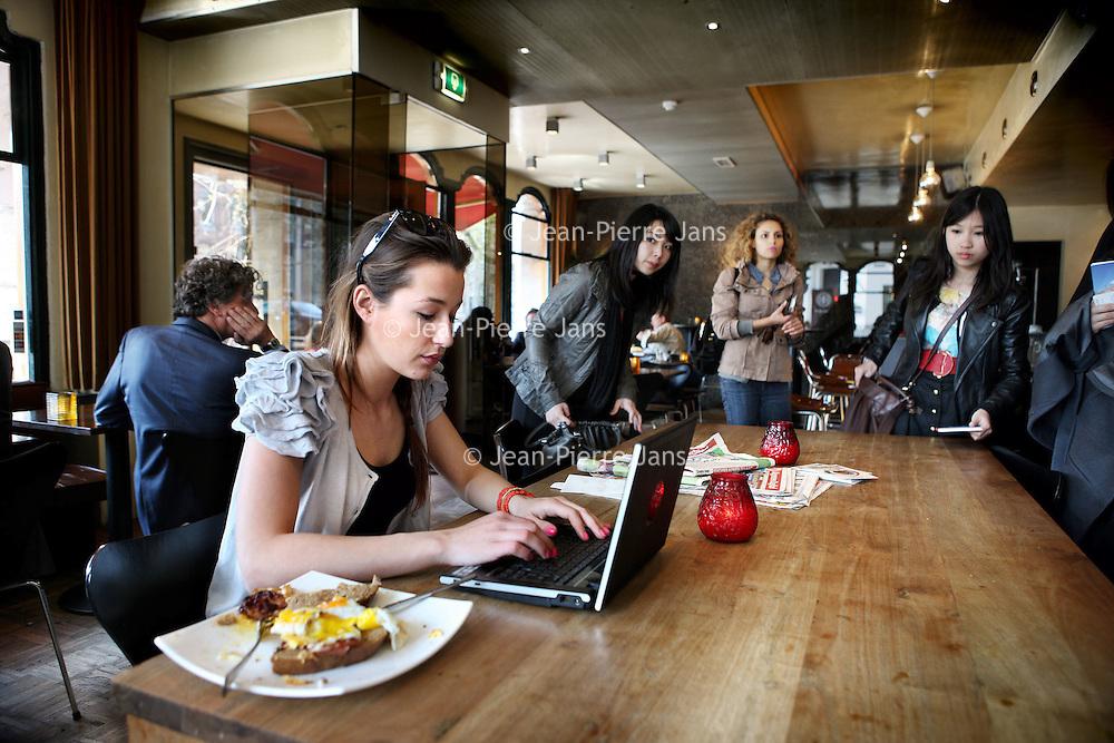 Nederland, Amsterdam , 13 april 2010..interneten via wifi verbinding in lunchroom cafe P-King op de hoek van Herengracht en Vijzelstraat..Foto:Jean-Pierre Jans