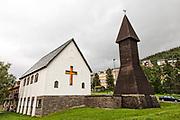 """I Narvik har visstnok den vakre Sjømannskirken nå blitt mer et kulturhus: Internasjonalt kultur- og velferdssenter i Narvik Stiftelsen Sjømannskirken.<br /> Tanken om ei sjømannskirke i Narvik ble født på 1930-tallet. Årsaken var den store trafikken av svenske sjøfolk til byen. Men så kom krigen. Planen ble tatt opp i 1946, og våren 1947 bestemte SKUT (Svenska Kyrkan i Utlandet) å atbeide for et tilbud til sjøfolk i Narvik. Først ble det ansatt en prest, Richard Södergren. Han skjønte at det trengtes et kirkerom.<br /> Kirka ble åpnet 3. september 1950 med prominente gjester som biskopen I Sør-Hålogaland, Wollert Krohn Hansen og den svenske erkebiskopen, Yngve Brillioth. I tillegg til biskopen talte også den nytilsatte sjømannspresten, Per Aksel Törneskog under høymessa i ei fullsatt kirke. At det var behov for kirka, er det liten tvil om. De første fire månedene var det 14000 besøkende og 5225 på gudstjenester. Andre religiøse tilstelninger samla mer enn 3000.<br /> Tross økt effektivisering og malmskiping, økte antallet sjøfolk fram til 1960-tallet, men så blir skipene effektivisert, får færre mannskap og mannskap fra andre land enn Sverige. På 1970-tallet legger det ene svenske rederiet ned, og I 1982 kom det ikke et eneste svensk skip til Narvik,<br /> I 1997 sa Svenska Kyrkan i Utlandet stopp. Målet var tilbud til sjøfolk, ikke til turister som hadde økt etterat mellomriksveien åpnet. At kirka også hadde grodd inn i folks bevissthet som et kulturlokale utenfor det rent kirkelige, var heller ikke SKUTs ansvar. Narvik kommune overtok bygget under løfte om at kirkerommet ikke skulle avvigsles og at der skulle opprettholdes tilbud til sjøfarende. Stiftelsen """"Sjømannskirken – Internasjonalt kultur- og velferdssenter"""" ble opprettet, med det Internasjonale transportarbeiderforbundet ITF og Sjøfartsdirektoratet pluss Narvik Kommune i styret.<br /> I 2002 ble bygget fredet av Riksantikvaren.<br /> I utgangspunktet bidro Narvik Kommune med 400.000 til den å"""