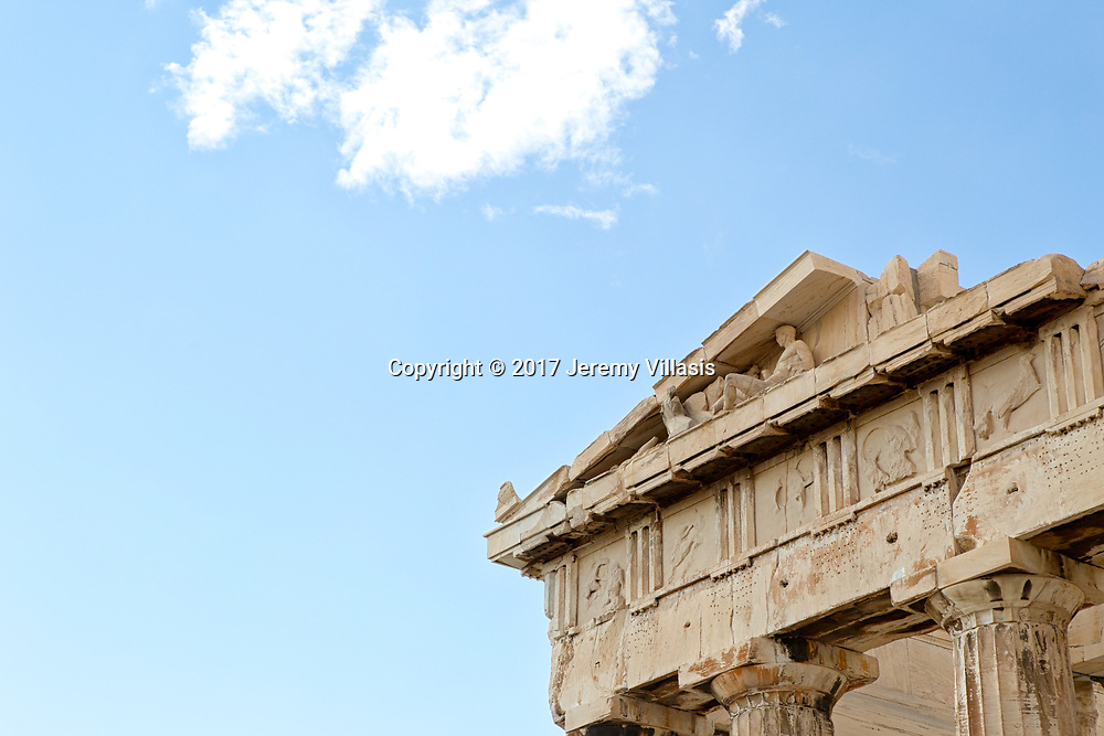 Detail of the architectural elements of the Parthenon, particularly its Doric columns and capitals, architrave, metopes, frieze, cornice and tympanum.
