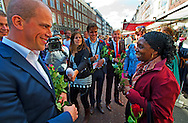AMSTERDAM - PvdA-lijsttrekker Diederik Samsom (L) deelt samen met partijgenoot Ronald Plasterk (3eL) rozen uit op de Albert Cuyp-markt. Aansluitend namen zij samen met andere PvdA-prominenten deel aan een rally speechen, waar zij in gesprek gingen met de Amsterdamse kiezer.