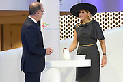 Koningin Máxima opent het FrieslandCampina Innovation Centre in Wageningen. In dit nieuwe centrum brengt het zuivelbedrijf het merendeel van hun onderzoeks- en ontwikkelingsactiviteiten samen. <br /> <br /> Queen Máxima opens FrieslandCampina Innovation Centre in Wageningen. This new center the dairy spends most of their research and development together.<br /> <br /> Op de foto / On the photo:  Koningin Máxima doet de openingshandeling door een kan met melk leeg te schenken rechts Cees 't Hart, CEO en voorzitter van FrieslandCampina / Queen Máxima does the opening ceremony by an empty a can with milk right Cees' t Hart, CEO and Chairman of FrieslandCampina