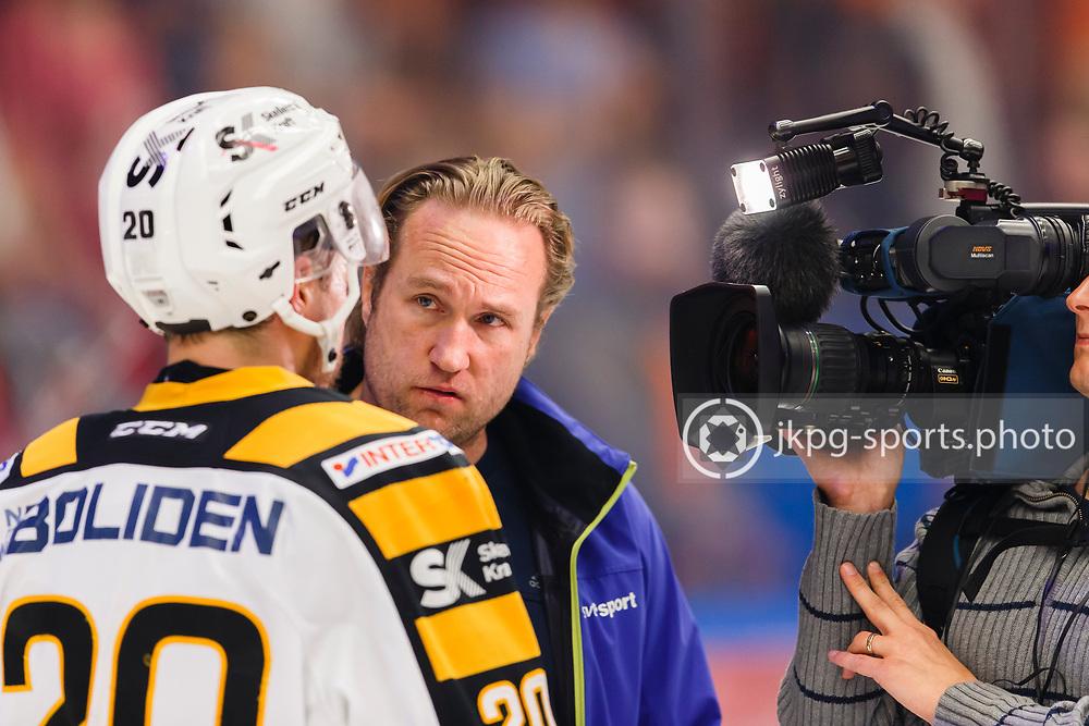 150423 Ishockey, SM-Final, V&auml;xj&ouml; - Skellefte&aring;<br /> Chris H&auml;renstam, SVT, intervjuar Erik Forssell, Skellefte&aring; AIK.<br /> &copy; Daniel Malmberg/Jkpg sports photo