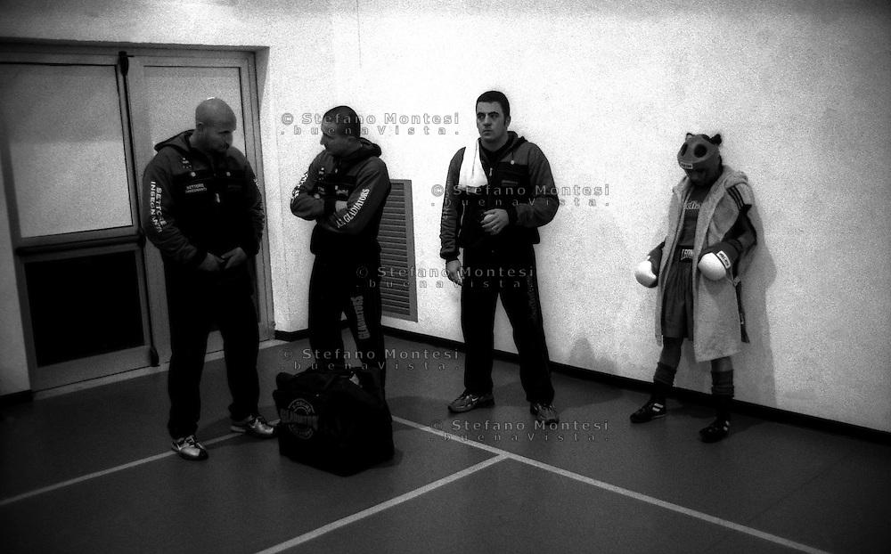 Boxe Femminile.La pugile Alice  Caligiuri (A.S. Gladiators) con i suoi allenatori in attesa di salire sul ring.