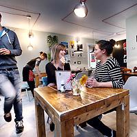 Nederland, Amsterdasm Zuid Oost, 21 oktober 2014.<br /> Oma Ietje staat voor schandalig lekkere taart, heerlijke koffie, ontbijt en verse lunch. Met lokale kunst aan de muur en tweedehands meubels creëren Lilian en Carla (resp rechts en links op de foto) een huiselijke sfeer. Zij willen in hun koffiezaak betrokkenheid en gezelligheid uitstralen.<br /> Oma Ietje is in Heesterveld naast Metrostation Bullewijk.<br /> Foto:Jean-Pierre Jans