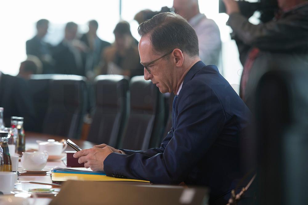 02 SEP 2015, BERLIN/GERMANY:<br /> Heiko Maas, SPD, Bundesjustizminister, tippt in sein Smartphone, vor Beginn einer Kabinettsitzung, Bundeskanzleramt<br /> IMAGE: 20150902-01-003<br /> KEYOWRDS: Kabinett, Sitzung, Telefon, iPhone
