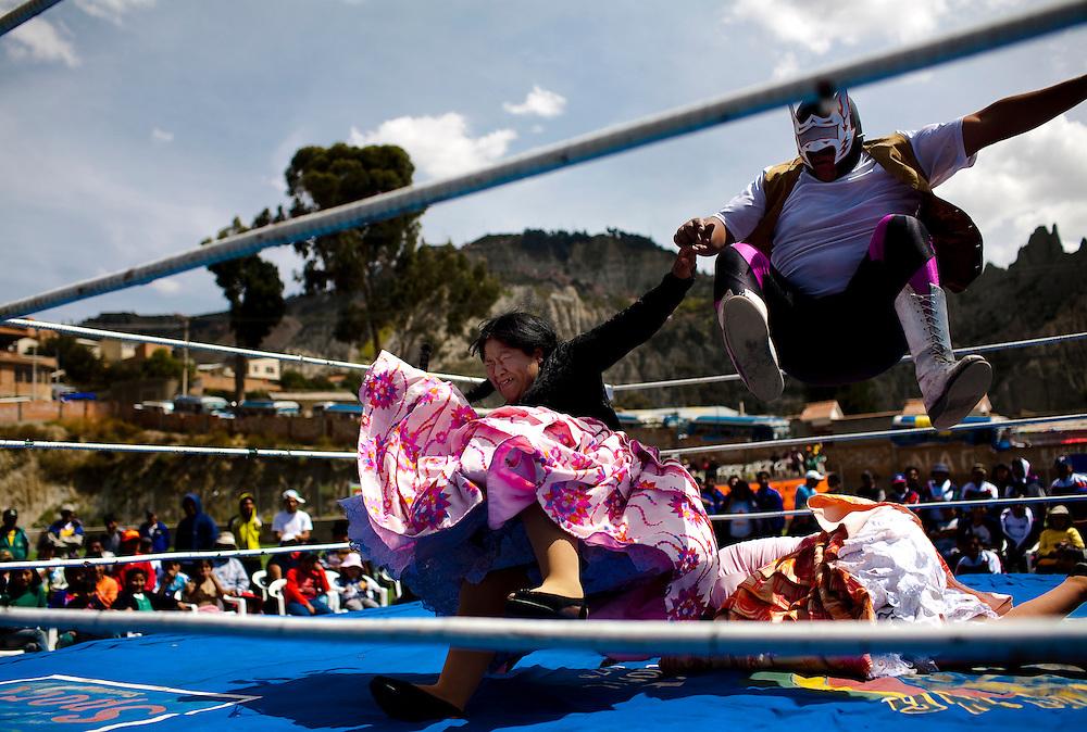 Abril y Mayo 2011/Bolivia<br /> Carmen Rosa La Luchadora de camisa negra al costado izquierdo salta con su compa&ntilde;ero luchador el enmascarado para derrotar a la luchadora en el suelo Julia la Pace&ntilde;a<br /> <br /> Foto:Juan Gonzalez