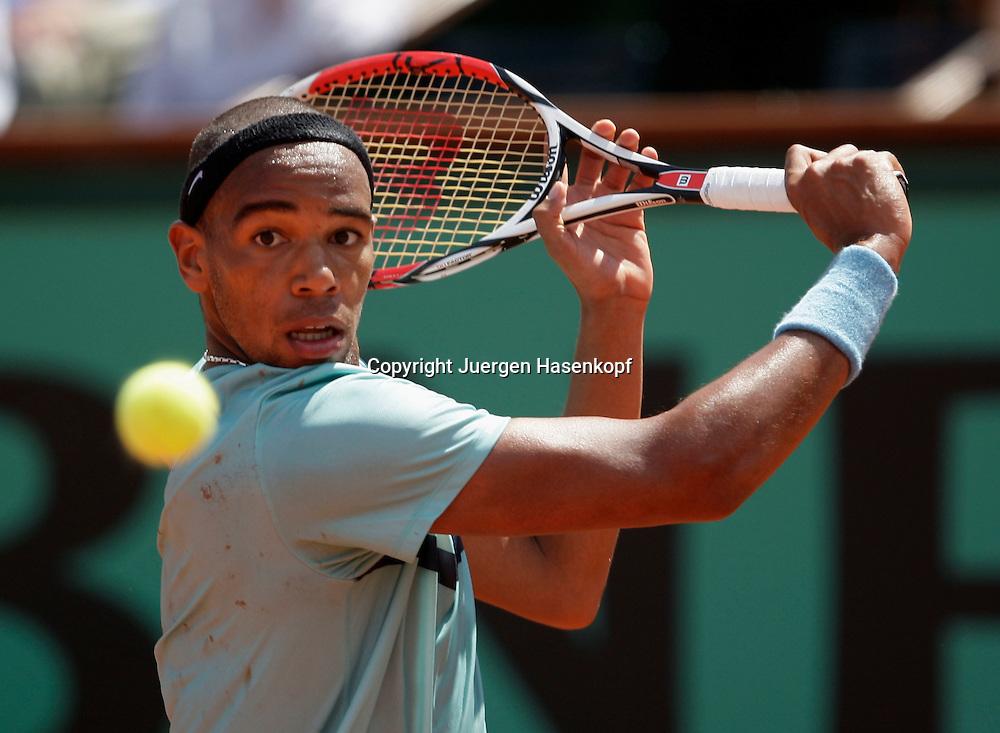 French Open 2009, Roland Garros, Paris, Frankreich,Sport, Tennis, ITF Grand Slam Tournament,  <br /> Josselin Ouanna(FRA) spielt eine Rueckhand,backhand,action<br /> <br /> <br /> Foto: Juergen Hasenkopf