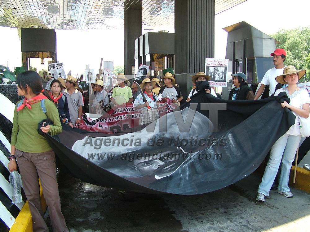 Texcoco, M&eacute;x.- Integrantes del Frente de Pueblos en  Defensa de la Tierra (FPDT) tomaron por algunos minutos la caseta de la carretera Pe&ntilde;&oacute;n-Texcoco, donde permitieron el pase gratuito de las automovilistas a cambio de una cooperaci&oacute;n para su lucha en la liberaci&oacute;n  de  29 de sus compa&ntilde;eros detenidos los pasados d&iacute;as 3 y 4 de mayo de 2006, incluidos Ignacio del valle y Felipe &Aacute;lvarez, lideres de los campesinos. Agencia MVT / Jose Israel Nu&ntilde;ez. (DIGITAL)<br /> <br /> NO ARCHIVAR - NO ARCHIVE