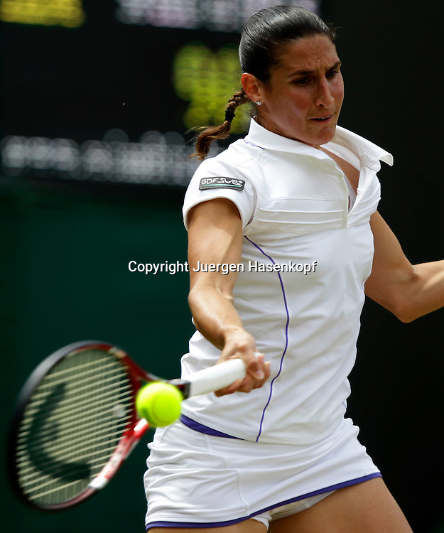 Wimbledon Championships 2011, AELTC,London,.ITF Grand Slam Tennis Tournament .Virginie Razzano (FRA),Einzelbild,Aktion,Halbkoerper,Hochformat,