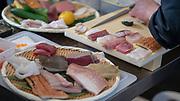 Tino Singharaj passe à la découpe des aliments lors de la troisième édition du championnat de  France de sushi