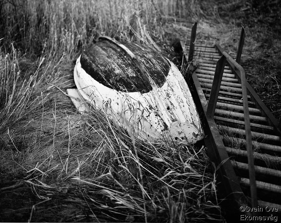 Leitaneset 23102011. En gammel trebåt ligger i gresset på Leitaneset.<br /> <br /> Foto: Svein Ove Ekornesvåg