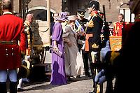 Nederland. Den Haag, 16 september 2008.<br /> Prinsjesdag.<br /> Prinses Maxima en kroonprins Willem-Alexander helpen koningin Beatrix bij het uitstappen uit de Gouden Koets<br /> Foto Martijn Beekman<br /> NIET VOOR PUBLIKATIE IN LANDELIJKE DAGBLADEN.