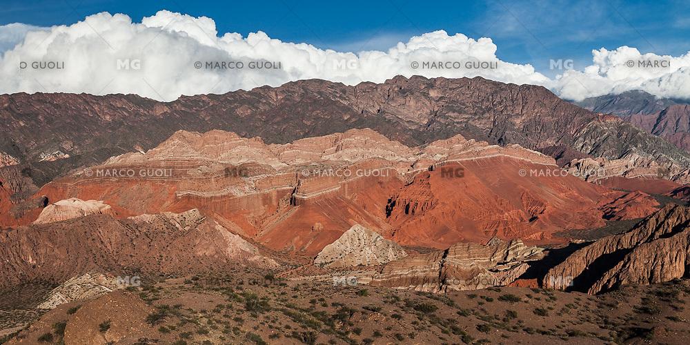 """QUEBRADA DE LAS CONCHAS O DE CAFAYATE, CERROS MULTICOLORES Y GRUPO DE FORMACIONES ROCOSAS EROSIONADAS LLAMADO """"LA YESERA"""", CAFAYATE, PROVINCIA DE SALTA, ARGENTINA (PHOTO © MARCO GUOLI - ALL RIGHTS RESERVED)"""