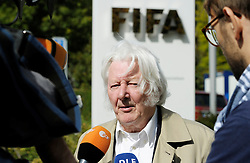 25.09.2015, FIFA Hauptquartier, Zuerich, SUI, Sitzung des FIFA Exekutivkomitees, absage der Pressekonferenz, im Bild British journalist Andrew Jennings answers journalists questions outside the FIFA headquarters in Zurich. A scheduled press conference following the FIFA Executive Committee meeting was cancelled today during FIFA Executive Committee Meeting at the FIFA Hauptquartier in Zuerich, Switzerland on 2015/09/25. EXPA Pictures © 2015, PhotoCredit: EXPA/ Freshfocus/ Steffen Schmidt<br /> <br /> *****ATTENTION - for AUT, SLO, CRO, SRB, BIH, MAZ only*****