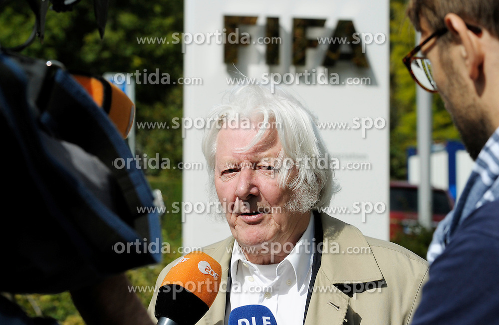 25.09.2015, FIFA Hauptquartier, Zuerich, SUI, Sitzung des FIFA Exekutivkomitees, absage der Pressekonferenz, im Bild British journalist Andrew Jennings answers journalists questions outside the FIFA headquarters in Zurich. A scheduled press conference following the FIFA Executive Committee meeting was cancelled today during FIFA Executive Committee Meeting at the FIFA Hauptquartier in Zuerich, Switzerland on 2015/09/25. EXPA Pictures &copy; 2015, PhotoCredit: EXPA/ Freshfocus/ Steffen Schmidt<br /> <br /> *****ATTENTION - for AUT, SLO, CRO, SRB, BIH, MAZ only*****