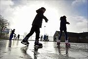 Nederland, Leuth, 18-1-2017Kinderen schaatsen op de schaatsbaan bij sportpark de DuffeltFoto: Flip Franssen
