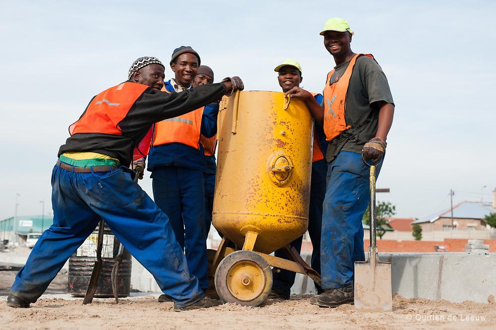 Mannen poseren tijdens hun bouwwerkzaamheden, WK 2010 Zuid Afrika