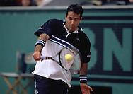 Alex Corretja (ESP),Tennis,French Open1999,Grand Slam Turnier, Paris,Aktion,action, Rueckhand,   Halbkoerper,Querformat,