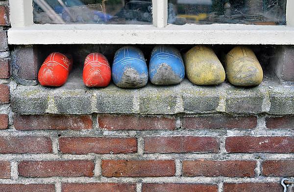 Nederland, Ooij, 13-7-2012In een aparte nis onder een raam van de boerenschuur staan een paar paren gebruikte klompen.Deze ruimte om de klompen weg te zetten is bij meerdere schuren op het boerenbedrijf gebruikt.Foto: Flip Franssen/Hollandse Hoogte