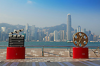 Chine, Hong Kong, Kowloon, Tsim Sha Tsui, Avenue of Stars avec vue sur Central // China, Hong Kong, Kowloon, Tsim Sha Tsui, Avenue of Stars, Central on the backside