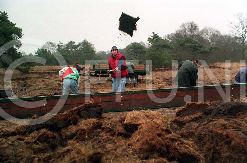 hardenberg : lions steken plaggen..foto frank uijlenbroek©1996/dio